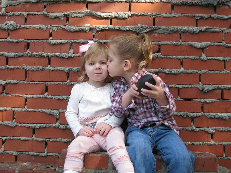 people-children-sisters-kissing-800x600